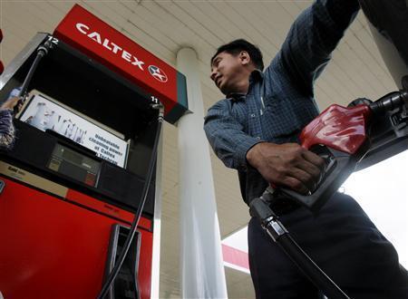 A motorist fills the gas tank of his car at a petrol station in Phnom Penh September 02, 2008. REUTERS/Chor Sokunthea