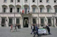 <p>Impiegati degli uffici governativi trasportano carrelli di documenti a Palazzo Chigi, in un'immagine d'archivio. REUTERS/Dario Pignatelli</p>
