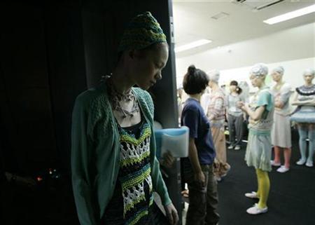 Models take part in a dress rehearsal during Japan Fashion Week in Tokyo, September 3, 2008. REUTERS/Yuriko Nakao