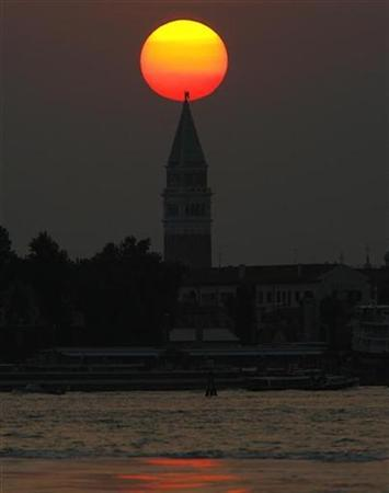 The sun sets on the Campanile di San Marco in Venice August 30, 2008. The Venice Film Festival is taking place until September 6, 2008. REUTERS/Denis Balibouse