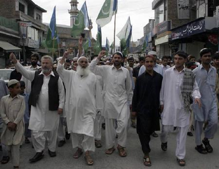 Activists of Pakistani Islamist party Jamaat-e-Islami chant anti-government and anti-U.S slogans during a protest against a stepped-up campaign by the U.S. against militants near the Afghan border, in Mansehra September 5, 2008. REUTERS/Ibrar Tanoli
