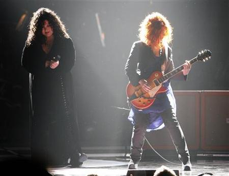 Ann (L) and Nancy Wilson of Heart perform at the ''Idol Gives Back'' show at the Kodak theatre in Hollywood, California April 6, 2008. The rock group Heart, angry that its 70's hit ''Barracuda'' is being used as the unofficial theme song for Republican Vice Presidential nominee Sarah Palin, is biting back at the Alaska governor. REUTERS/Mario Anzuoni