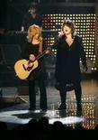 <p>Le sorelle Nancy (a sinistra) e Ann Wilson della band Heart durante un concerto in Nevada nel maggio del 2007. REUTERS/Steve Marcus (Usa)</p>