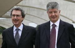 <p>L'AD di Telecom Italia Franco Bernabé (sinistra) e il presidente della compagnia Gabriele Galateri di Genola. REUTERS/Jamil Bittar</p>