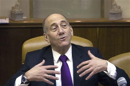 Israel's Prime Minister Ehud Olmert gestures during the weekly cabinet meeting in Jerusalem September 7, 2008. REUTERS/Menahem Kahana/Pool