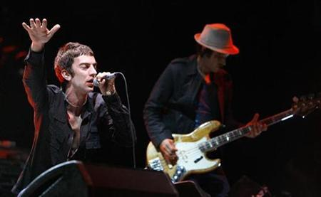 Singer Richard Ashcroft (L) and bassist Simon Jones of British band The Verve performs at the Coachella Music Festival in Indio, California April 25, 2008. REUTERS/Mario Anzuoni