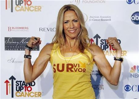 Sheryl Crow, a cancer survivor, arrives at the Stand Up To Cancer broadcast event in Hollywood September 5, 2008. REUTERS/Fred Prouser