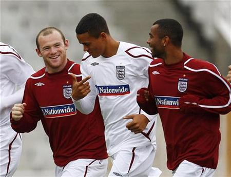 England's Wayne Rooney (L) talks to Jermaine Jenas (C) and Ashley Cole during a team training session at the Olympic Stadium in Barcelona, September 5, 2008. REUTERS/ Eddie Keogh