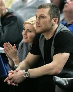 Actor Elisha Cuthbert and New York Rangers player Sean Avery watch the New York Knicks beat the Cleveland Cavaliers in their NBA basketball game at Madison Square Garden in New York, March 28, 2007. REUTERS/Ray Stubblebine