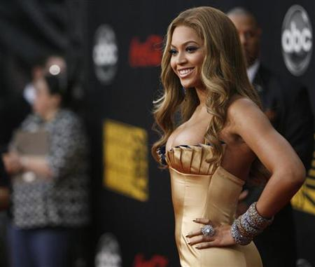 Singer Beyonce arrives at the 2007 American Music Awards in Los Angeles, California November 18, 2007. REUTERS/Mario Anzuoni