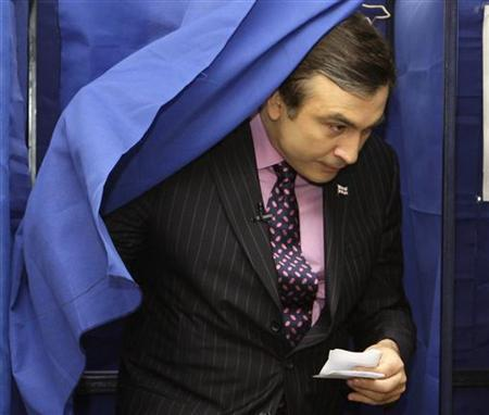 Georgia's President Mikheil Saakashvili leaves a voting booth during parliamentary elections at a polling station in Tbilisi May 21, 2008. REUTERS/Grigory Dukor