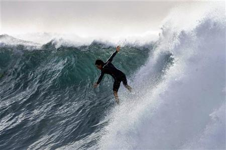 A surfer heads down the steep face of a wave at Sydney's Dee Why Beach June 16, 2008. REUTERS/Tim Wimborne