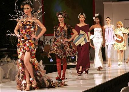 Models present creations made from recycled plastic or organic materials during the Eco Chic Fashion show in Jakarta March 3, 2008. REUTERS/Dadang Tri