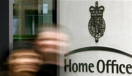 Clerks leave the headquarters of Britain's Home Office in central London March 29, 2007. REUTERS/Alessia Pierdomenico