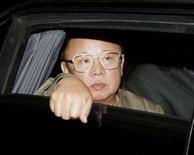 <p>Лидер Северной Кореи Ким Чен Ир смотрит из окна лимузина, покидая Владивосток. Фотография сделана 23 августа 2002 года. Северная Корея в среду опровергла сообщения из-за рубежа о серьезном заболевании лидера страны Ким Чен Ира, способном повлечь передачу власти в изолированной стране с коммунистическо-династическим правлением. REUTERS</p>