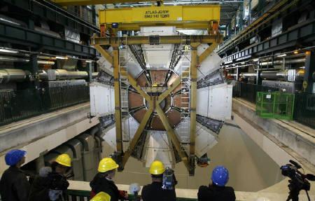 9月10日、世界最大の加速装置が稼動、ビッグバン直後の状態再現へ。写真は2月29日、設置される実験装置の一部(2008年 ロイター/Denis Balibouse)