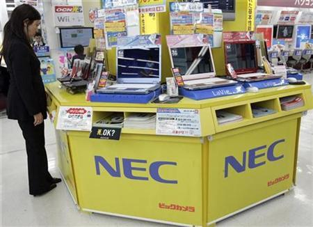 A woman looks at a laptop computer of NEC Corp, Japan's biggest maker of telecoms network equipment, at an electric store in Tokyo May 15, 2008. REUTERS/Yuriko Nakao