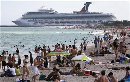 Beachgoers enjoy Miami's South Beach April 13, 2008. REUTERS/Miguel A. Baez