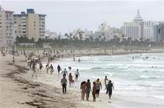 <p>Beach goers are seen on Miami Beach, Florida August 29, 2006. REUTERS/Joe Skipper</p>