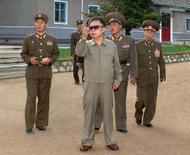 <p>Лидер КНДР Ким Чен Ир (в центре) во время визита в одну из воинских частей страны, 6 августа 2008 года. Северокорейский лидер Ким Чен Ир проходит лечение после инсульта, но нет никаких признаков того, что он потерял контроль над страной, сказал в четверг депутат южнокорейского парламента Ли Чун Ву в радиоэфире. REUTERS/KCNA</p>
