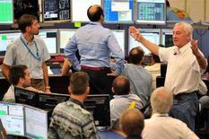 <p>Ученые наблюдают за пробным пуском пучка протонов в Большом адронном коллайдере в контрольном центре европейского института CERN, Женева, 10 сентября 2008 года. Ученые из Европейского центра ядерных исследований (CERN) осуществили в среду первый пробный запуск пучка протонов по кольцу Большого адронного коллайдера, начав самый амбициозный и масштабный проект в истории науки. REUTERS/Fabrice Coffrini/Pool</p>