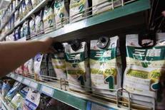 <p>Сотрудник супермаркета в городе Сянфань снимает с полки пакеты с молочной смесью Sanlu 12 сентября 2008 года. Власти Китая начали проверку производителей молочных смесей после 14 случаев заболевания детей в возрасте до одного года. REUTERS/Stringer (CHINA).</p>