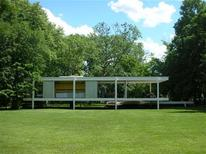 <p>A view of Farnsworth House on the Fox River in Plano, Illinois on June 22, 2008. Farnsworth House is a single-storey glass-and-steel structure celebrated as a modernist masterpiece for its illusionary properties as much as for its geometric design. REUTERS/Julie Mollins</p>