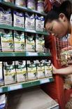 <p>Работница супермаркета в китайском городе Сянфань, провинция Хубэй, убирает молочную продукцию марки Sanlu с полок магазина 12 сентября 2008 года. Китайские власти расследуют смерть грудного ребенка и появление камней в почках у еще десятка малышей. Есть подозрения, что причиной этого могли стать ошибки, допущенные при производстве молочных смесей. REUTERS/Stringer</p>