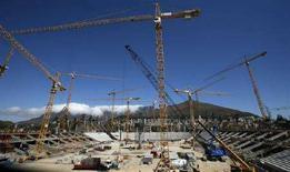 <p>Фотография будущего стадиона в Кейптауне, на котором пройдут матчи чемпионата мира по футболу 2010 года, сделанная 4 марта 2008 года. REUTERS/Mike Hutchings</p>