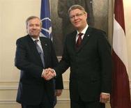 <p>Глава НАТО Яап де Хооп Схеффер (слева) жмет руку президенту Латвии Валдису Затлерсу в Риге 12сентября 2008 года. Генеральный секретарь НАТО Яап де Хооп Схеффер считает, что альянсу нет нужды разрабатывать специальный план для обороны стран Балтии в свете более агрессивной внешней политики России. REUTERS/Ints Kalnins</p>