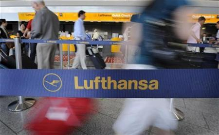 Passengers wait to drop off their luggage at a counter of German airline Lufthansa at Frankfurt airport in this July 29, 2008 file photo. REUTERS/Kai Pfaffenbach