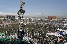 <p>People climb up a tower during a gathering in Kabul's stadium February 23, 2007. REUTERS/Ahmad Masood</p>