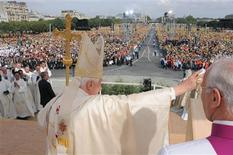 <p>Pope Benedict XVI waves at an open-air mass on the Place des Invalides in Paris, September 13, 2008. REUTERS/Osservatore Romano</p>