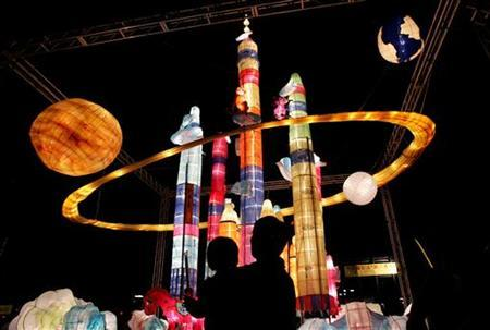 A father and son admire the space craft lanterns during a Chinese mid-autumn festival in Hong Kong's Victoria Park September 28, 2004. REUTERS/Kin Cheung
