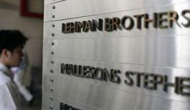 <p>Un passante accanto alla targa di Lehman Brothers. REUTERS/Daniel Munoz</p>
