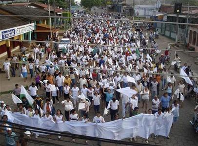 Residents wave white flags during a march for peace in the northern city of Cobija, capital of Pando province which is still under martial law as declared by the government of President Evo Morales, September 14, 2008. REUTERS/stringer