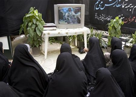 Iranian women watch television at a mosque in northern Tehran June 2, 2008. REUTERS/Morteza Nikoubazl