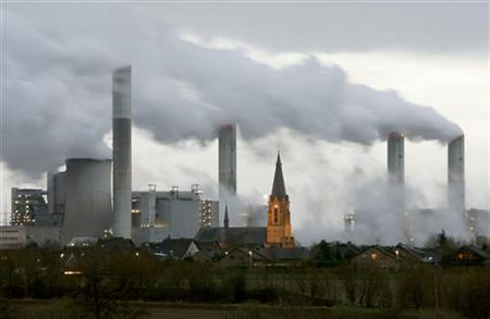 The village of Gusdorf, west of Cologne, is pictured in front of the lignite-fired power plant Frimmersdorf of German RWE AG energy company, December 3, 2006. REUTERS/Arnd Wiegmann