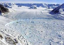<p>Ледниковый шельф Ларсена-Б на Антарктическом полуострове. Количество айсбергов и толщина ледяного покрова в Антарктике увеличиваются начиная с 1970-х годов, что может считаться необычным побочным явлением глобального потепления, сообщили в пятницу ученые. Фотография сделана 3 марта 2008 года. REUTERS/Pedro Skvarca/IAA-DNA/Handout</p>
