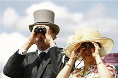 <p>Racegoers wait for the start of the first race at the Epsom Downs race course in the south of England June 7, 2008. REUTERS/Alessia Pierdomenico</p>