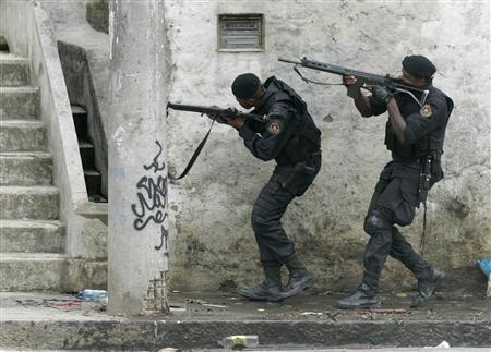 Armed police carry out an operation against rival bands of drug traffickers in the Mineira slum of Rio de Janeiro April 17, 2007. REUTERS/Bruno Domingos