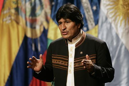 Bolivia's President Evo Morales speaks during a news conference inside the La Moneda presidential palace after a meeting in Santiago September 15, 2008. REUTERS/Jorge Sanchez