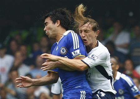 Chelsea's Deco (L) challenges Luka Modric of Tottenham Hotspur during their English Premier League football match at Stamford Bridge in London in this August 31, 2008 file photo. REUTERS/ Eddie Keogh/Files (BRITAIN). NO ONLINE/INTERNET USAGE WITHOUT A LICENCE FROM THE FOOTBALL DATA CO LTD. FOR LICENCE ENQUIRIES PLEASE TELEPHONE ++44 (0) 207 864 9000.