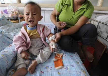 A child who suffered from kidney stones receives medical treatment at a hospital in Hefei, Anhui province September 15, 2008. REUTERS/Jianan Yu