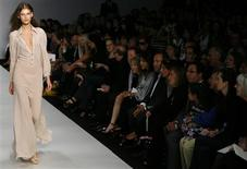 <p>A model wears a creation by Ossie Clarke during his spring/summer 2009 show at London Fashion Week September 14, 2008. REUTERS/Luke MacGregor</p>