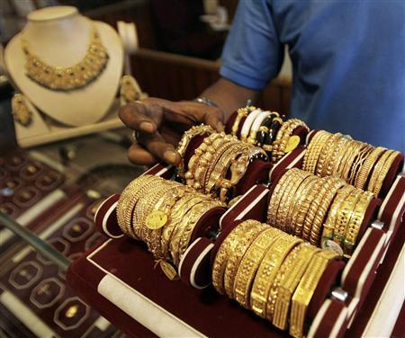 A salesman displays gold jewellery at a jewellery showroom in the northeastern Indian city of Siliguri September 15, 2008. REUTERS/Rupak De Chowdhuri