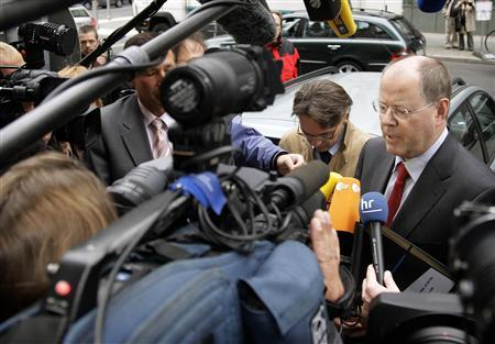 German Finance Minister Peer Steinbrueck is surrounded by media as he arrives for a meeting of the governing board of the state development KfW bank in Berlin September 18, 2008. REUTERS/Hannibal Hanschke
