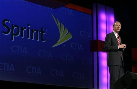 Dan Hesse, president and CEO of Sprint Nextel, speaks during a keynote address at the CTIA Wireless convention in Las Vegas, Nevada April 1, 2008. REUTERS/Steve Marcus