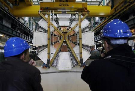 9月20日、宇宙が誕生した「ビッグバン」直後の状態を再現することが期待されている世界最大の素粒子加速実験装置が、少なくとも2カ月の稼動停止を余儀なくされることが明らかになった。2月に撮影(2008年 ロイター/Denis Balibouse)