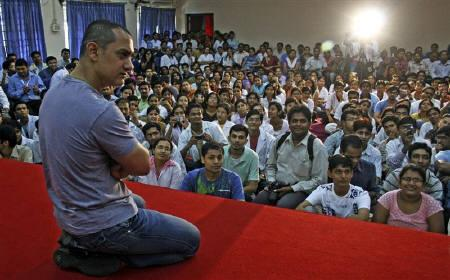 Bollywood star Aamir Khan interacts with medical students from the school of mental health at Nair hospital in Mumbai July 16, 2008. REUTERS/Stringer